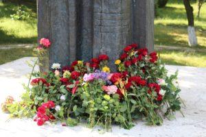 Depuneri de flori la monumentul lui Mihai Eminescu